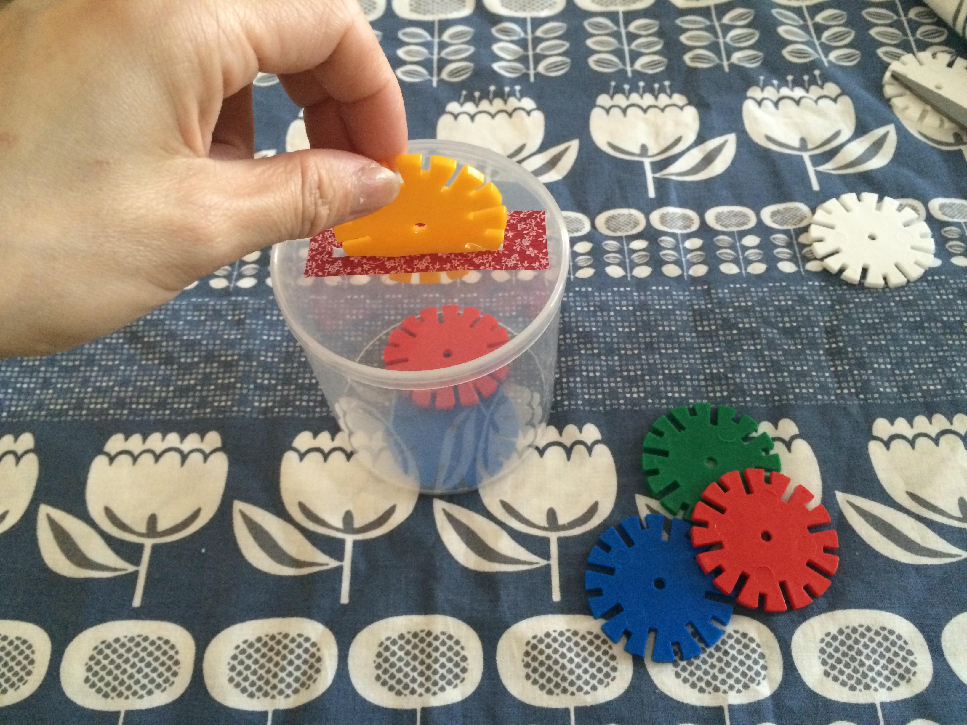 赤ちゃん おもちゃ 手作り コイン落とし